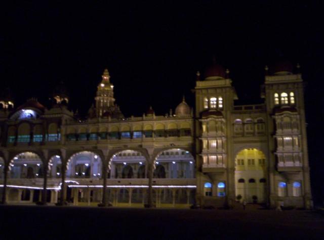 этот же ракурс дворца махараджи Майсура ночью без праздничного освещения (6)