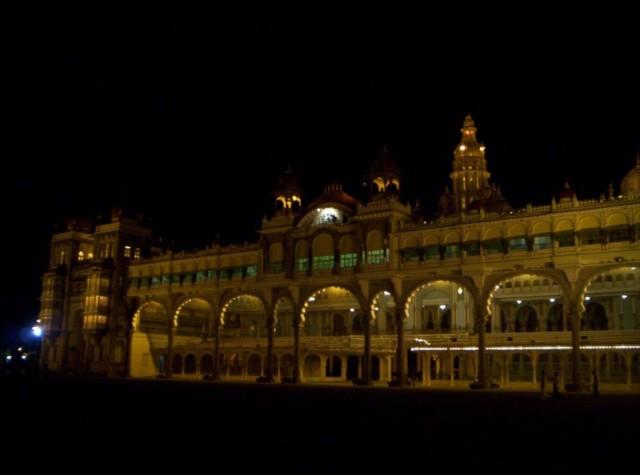 дворец махараджи Майсура ночью без праздничного освещения (7)