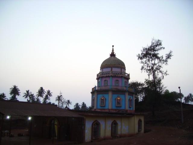 Храм Redi Ganapati, где находится древний лингам Ганеша, выкопанный (данные с http://www.konkanyatra.com/amboli/places.html) в 1976 году