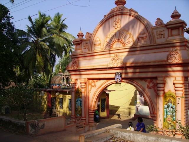 Чапора, A well known Temple in Chapora (Kaisu). Samadhi Mandir of Sri Atchutanand Swami and temple of Shri Siddeshwar, The Village Deity.