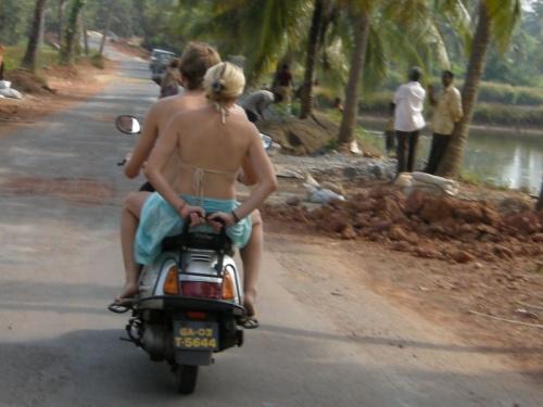 пожлста, девушки,перестаньте так ездить-это Индия,а не ваша дача