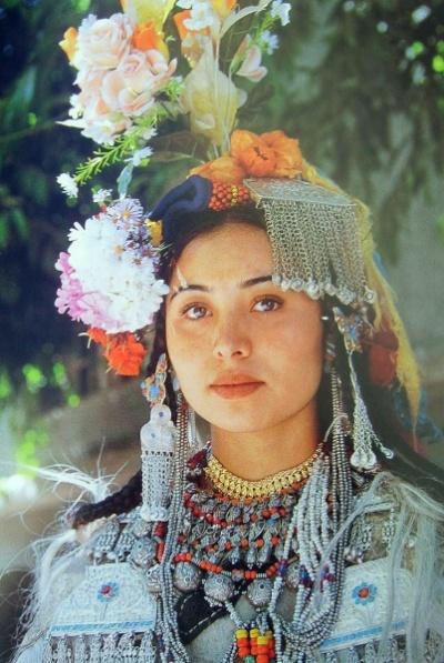 Празднично украшенная ладакхская девушка