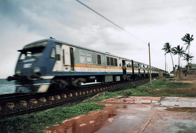 поезд в Коломбо - переполнен в коце рабочего дня