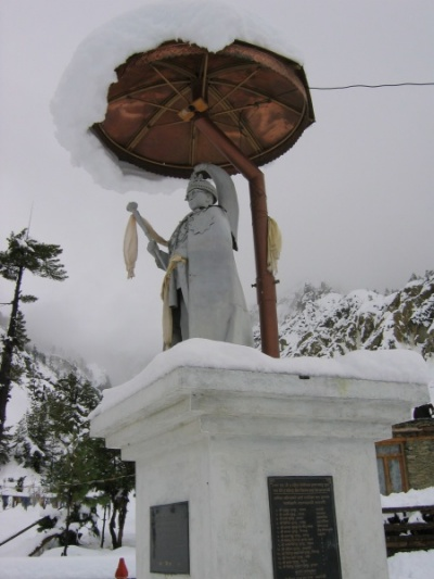 Заснеженный Махендра. Октябрь 2005