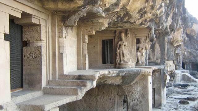 удивительные храмы выдолблены в скалах