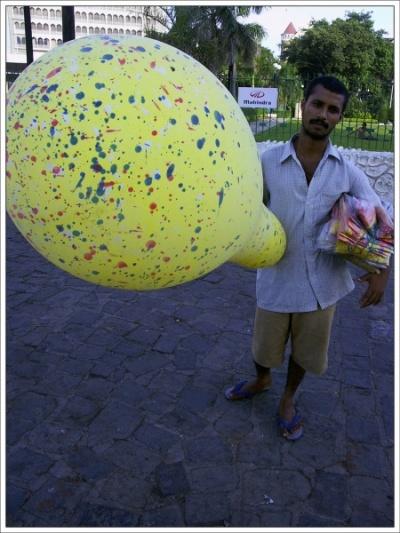 Продавец детских надувных шариков