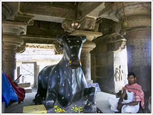 Большой Нанди возле храма, Паттадакал