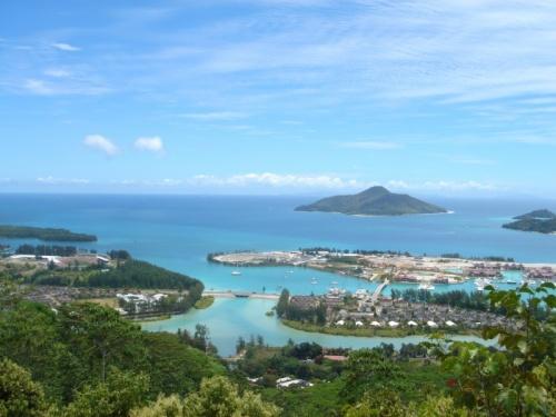 Вид с обзорной площадки о. Маэ на строящийся остров Eden Island