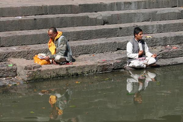 Пашупатинатх. Молитвы у Багмати