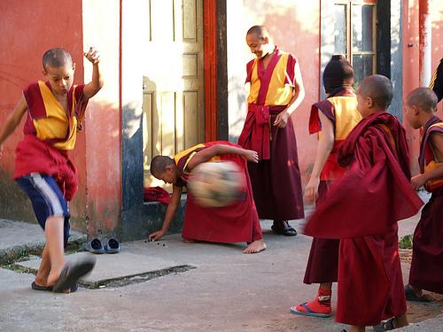 Маленькие монахи в одном из монастырей Бира