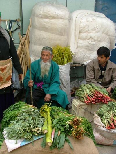 Старик привез зелень продавать. Весна.