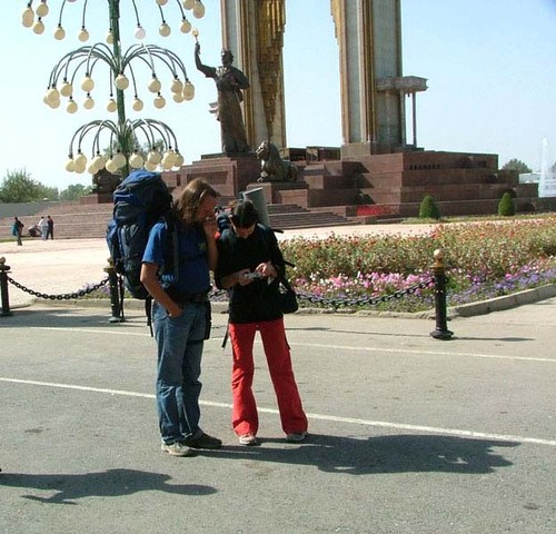 Русски туристы у святыни. Памятник Сомониён. Туда их не пустили! Впрочем никого не пускают.