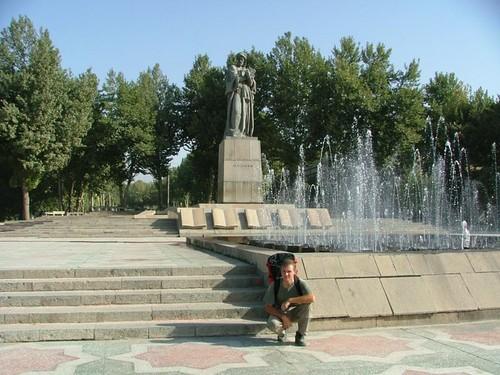 Памятник Авицинне и Игорь путешественник с Москвы.