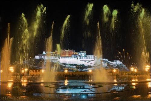 Лхаса. Священный дворец Потала в буйстве фонтанов и огнях вечерней иллюминации