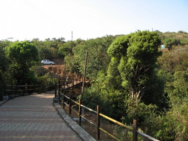 Мост на входе на территорию Hiranyakeshi