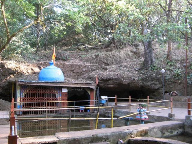 Shiva Temple в истоках речушки Hiranyakeshi River, одного из источников священной реки Krishna. Где то тут должен быть вход в галерею пещер