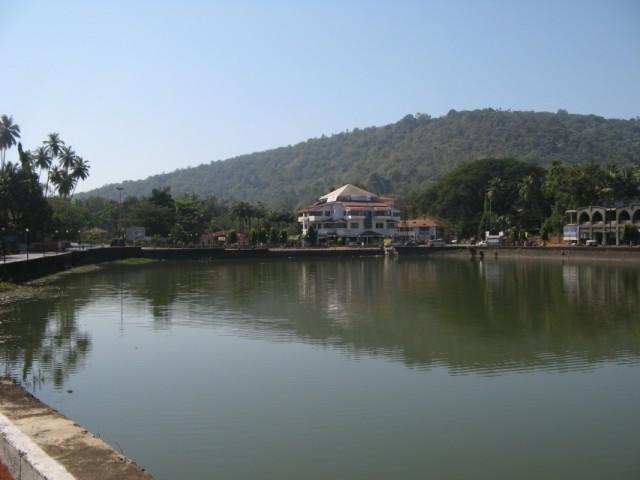Озеро в Sawantwadi. После этого города - поворот налево, на Amboli