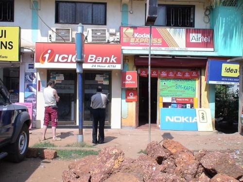 её  магазин в Калангуте, рядом банкомат