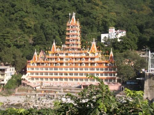 Hill Top позади храма