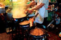 В Таиланде мирно соседствуют дорогие фешенебельные рестораны и уличная торговля всевозможной снедью