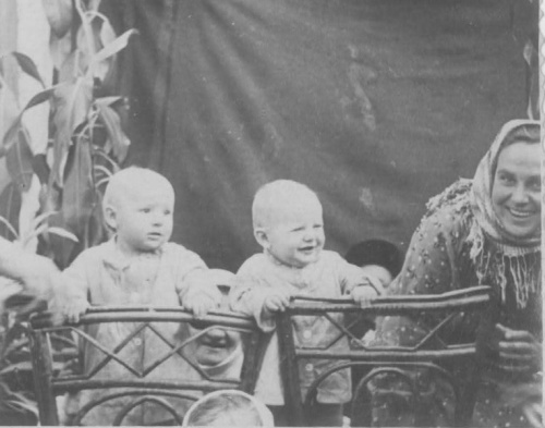 бабуля с папой (с правой стороны) 1956 г