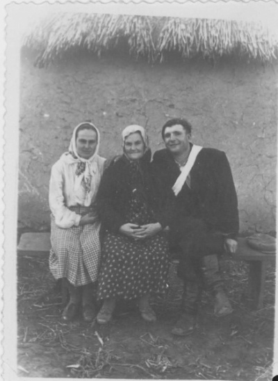дед и бабушка с какой-то другой бабушкой