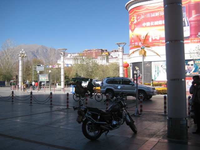 Потала: вид с соседней улицы