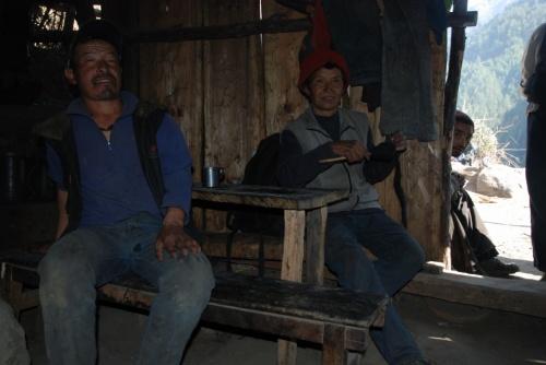 в долине живут тибетцы, разговаривают на тибетском и непальском