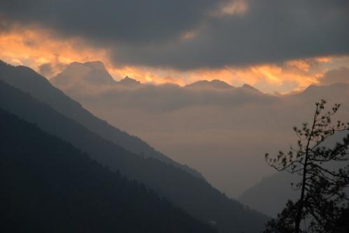 там можно посмотреть на горы в закатном свете (такая возможность выпадает нечастно)