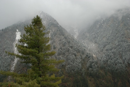 в долине горы покрыты свежим снегом