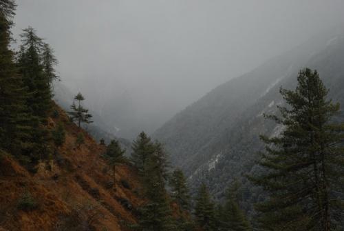 горы скрыты в снеговых тучах