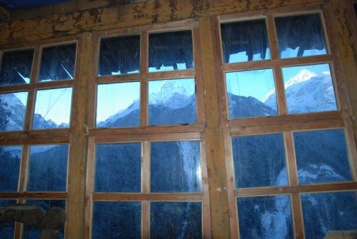 окна гомпы выходят на Ganesh himal
