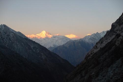 первые лучи солнца освещают горы