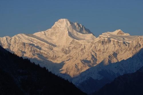 горы в лучах восходящего солнца