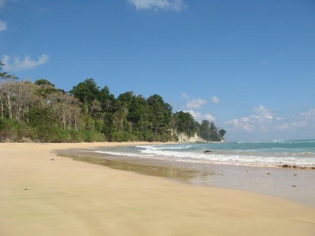"""No.5. Скалы есть, но немного. Купаться можно. Вдалеке - скалы, джунгли и """"секретные"""" пляжи среди скал"""