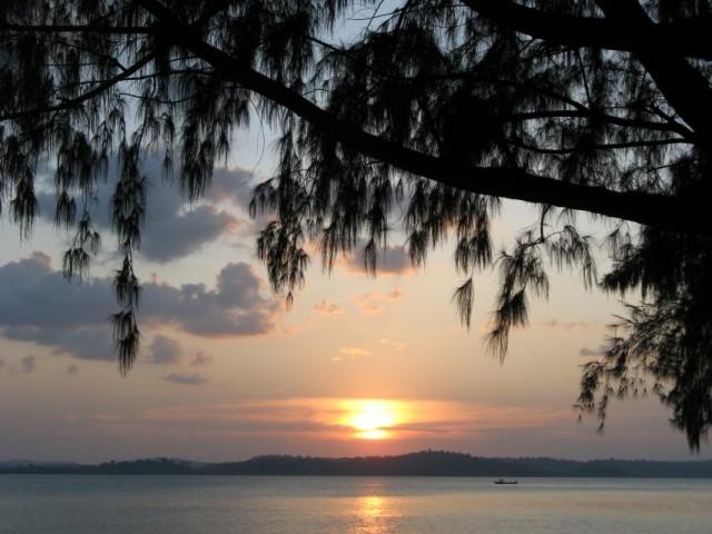 Закат над Porlab и Middle Andaman с поселковой аллеи до Sunset Point на юго-западном углу острова