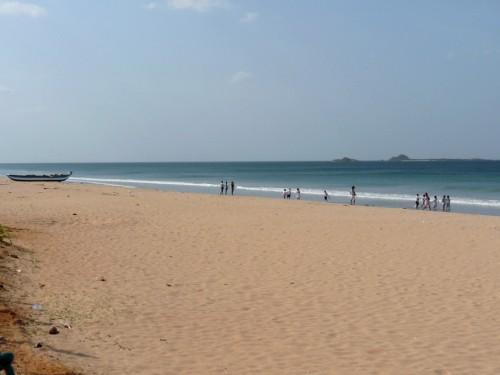 Общественный пляж в Нилавели, рядом с гэстом Корал Бей