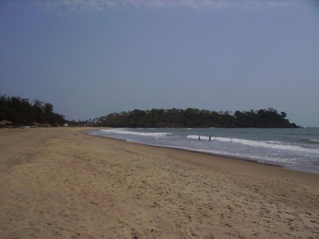 Пляж чистый и почти пустой