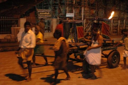 Вечерняя процессия в храм