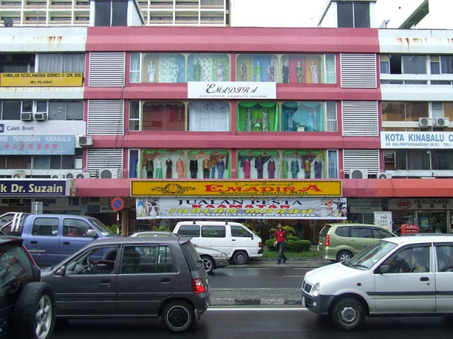 Улица Кота Кинабалу. Магазин модниц-мусульманок :о)