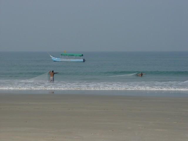 рыбаки на нашем пляже Беталбатим