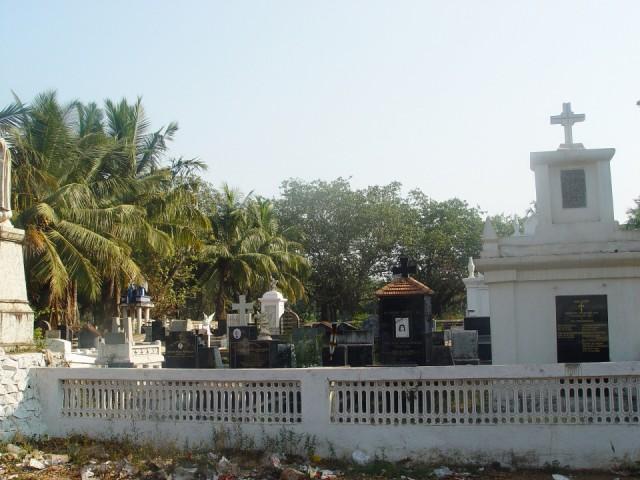 напротив школы кладбище