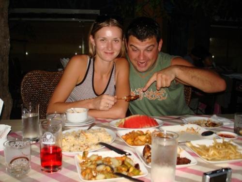 обед во время экскурсии. на палочке крокодиловое мясо, если повар не соврал %))