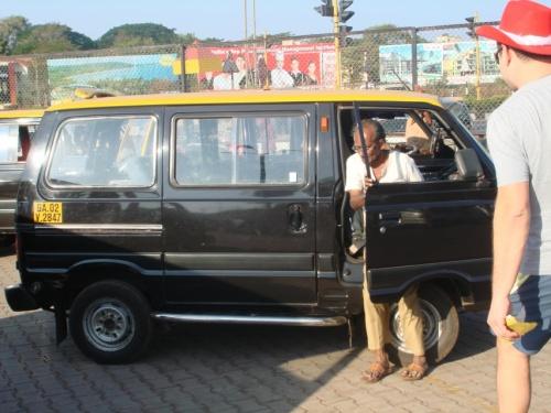 препэйд таксист за 1050 рупий привез нас