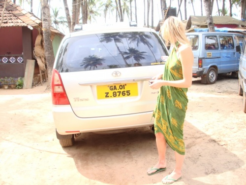 маленькой машинкой наелись в Карнатаке, взяли такую. договорились за 800р. с заездом в маркеты, без обязательств покупки %))