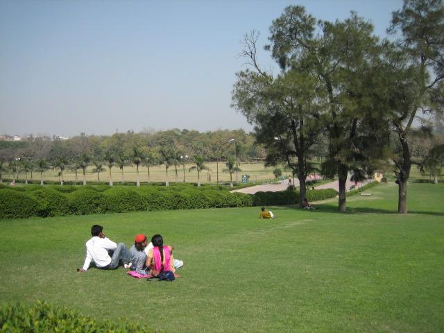 Сквер возле Мавзолей Махатмы Ганди также является и прекрасным местом отдыха