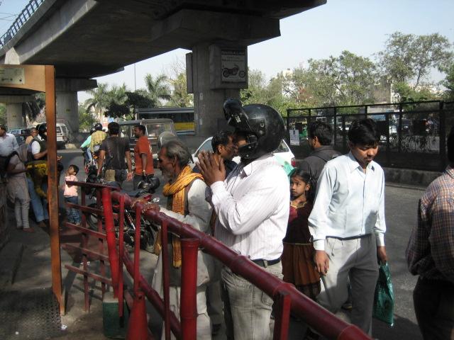 Молитва для индийцев - дело обыденное. Они могут остановиться, выйти из машины и помолиться.