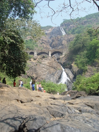 водопад издалека ( можно увидеть и мост и железной дорогой)