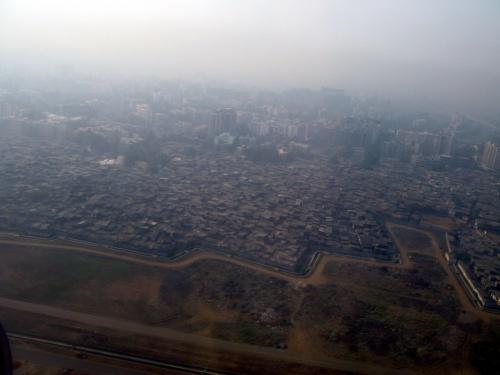Трущобы вдоль аэропорта Мумбая