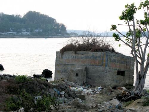 Утопающий бункер у входа в гавань